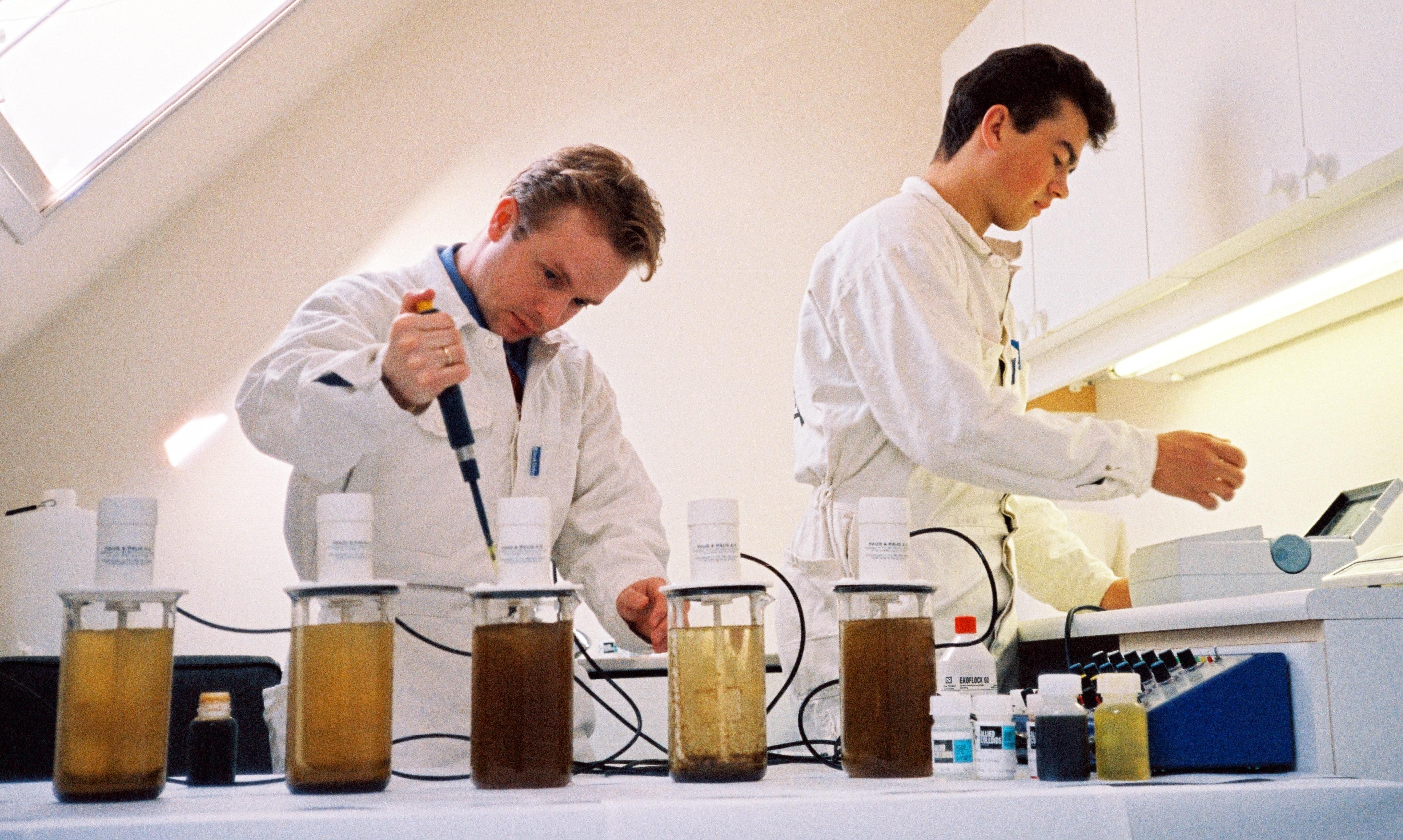 Laboratorieforsøk med fellingskjemikalier for rensing av avløpsvann. Kjell Schevig og Stian Olsson (bak).